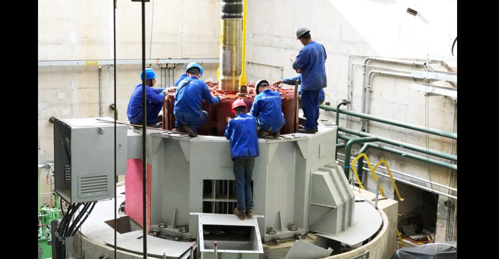 Funcionários da Hidroenergia trabalhando na instalação de gerador para PCH